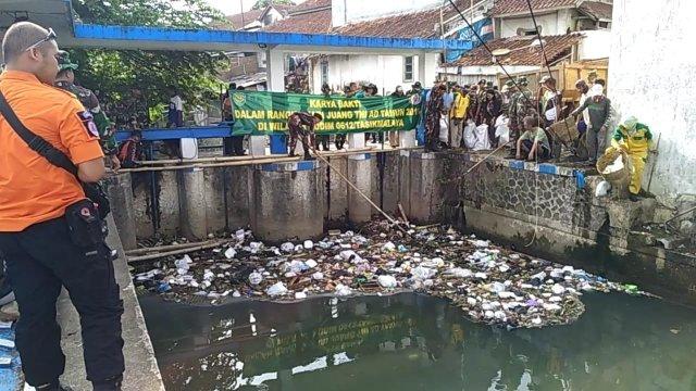 Kodim 0612 Tasikmalaya jalin sinergitas bersama seluruh stakholder, membersihkan sampah di Sungai Ciloseh dan Cimulu, Kota Tasik.