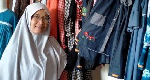 Salah seorang pelaku UMKM yang bergerak dibidang konveksi , Wini terpaksa banting stir dengan menjadi produsen baju muslim imbas dari pandemic covid 19.